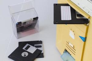 Disquete de 3,5 polegadas em um slot de unidade de disquete em um computador desktop foto