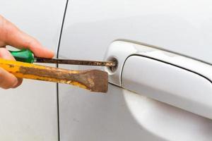 a foto horizontal do chaveiro em close vai abrir o carro de bronze