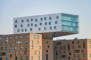 berlim, alemanha, 19 de maio de 2017 - edifício de escritórios moderno ao longo do rio spree no leste de berlim foto