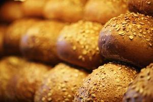 pães de grãos na prateleira, produtos de panificação, pastelaria e padaria foto