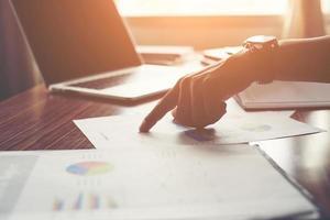 empresário apontando o dedo analisando o gráfico financeiro de estatísticas. foto