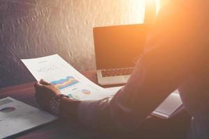 empresário analisando gráfico de estatísticas financeiras no escritório. foto