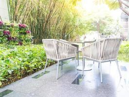 pátio externo com cadeira e mesa vazias foto
