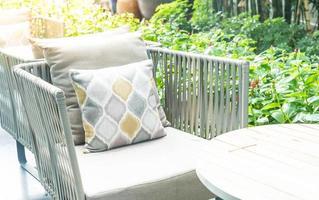 pátio externo deck com almofada na cadeira decoração exterior da casa foto