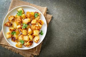 batatas assadas ou grelhadas no prato foto