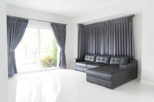decoração interior de sofá moderno na sala de estar foto