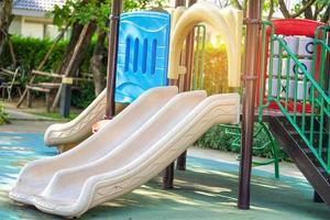 playground da escola do jardim de infância ao ar livre para crianças foto
