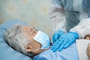médico, ajuda e cuidado paciente asiático sênior ou idosa senhora sentada na cadeira de rodas no parque na enfermaria do hospital, conceito médico forte e saudável. foto