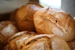 pão orgânico de aldeia, produtos farináceos, padaria e padaria foto