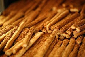 biscoitos crackers, padaria, padaria, palito de gergelim fresco foto