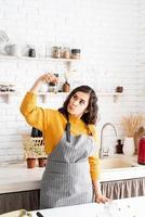 mulher colorindo ovos de páscoa na cozinha foto