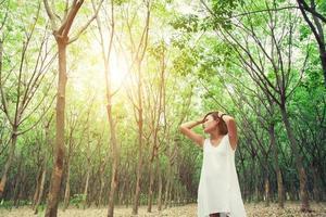 mulher triste e infeliz na floresta verde, estresse, depressão foto