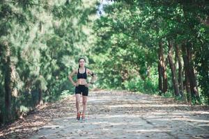 mulher de corredor de fitness alongamento antes de correr. foto