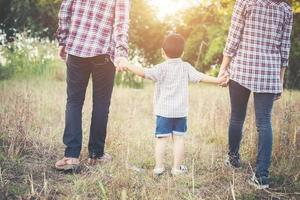 família jovem, passando um bom tempo juntos. família ao ar livre no amor. foto