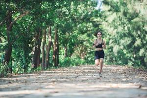 mulher jovem aptidão correndo no parque. foto