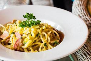 espaguete carbonara close-up no prato foto