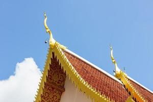 ápice do frontão no telhado do templo real em chiang rai, tailândia. foto