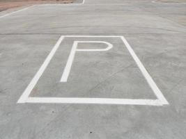 placa de estacionamento branca no chão sem qualquer seta foto