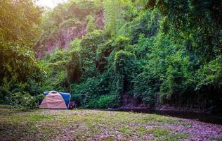acampamento e barraca no parque natural foto