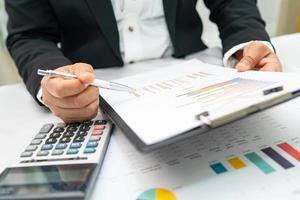 contador asiático trabalhando relatórios financeiros, contabilidade de projetos foto