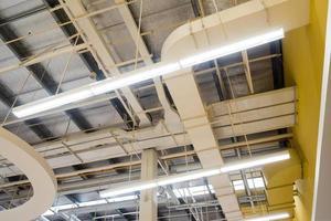 lâmpadas montadas no teto, tubos e dutos de ar e sistema de comunicação foto