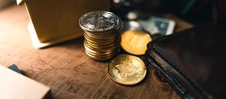 moedas de bitcoin em uma mesa de madeira foto