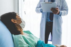médico visita paciente que estava doente na enfermaria do hospital. foto