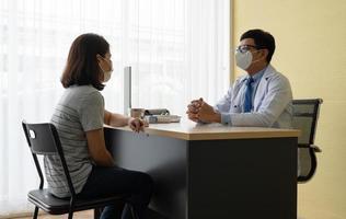 paciente com problema mental visita psiquiatra no hospital foto