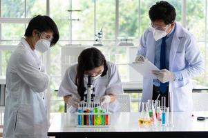 cientista usando microscópio para fazer experimento sobre vacina em laboratório foto