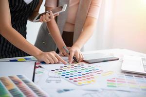 o estilista da equipe está desenhando a cor das roupas foto