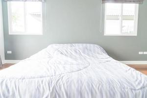 decoração de cama no interior do quarto - filtro de luz vintage foto