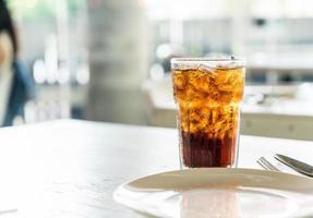 copo de cola gelado na mesa foto