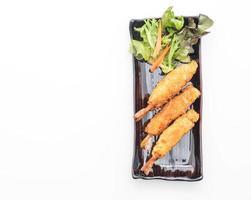 Camarões fritos em massa no fundo branco foto