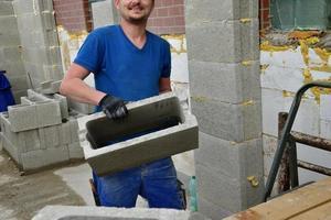 a forma doméstica tradicional de alvenaria de parede usando blocos de concreto foto