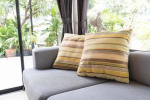 linda almofada na decoração do sofá foto