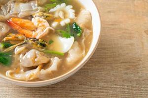 macarrão de arroz com frutos do mar ao molho de molho foto