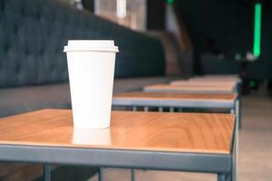 xícara de café quente na cafeteria foto