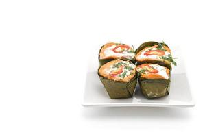 peixe tailandês com curry cozido no vapor em fundo branco foto