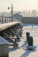 paisagem de inverno, vista da ilha da lebre e da ponte ioannovsky no meio do nevoeiro foto