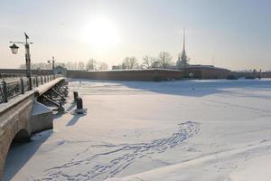 panorama de inverno, vista da ilha da lebre e da ponte ioannovsky no meio do nevoeiro foto