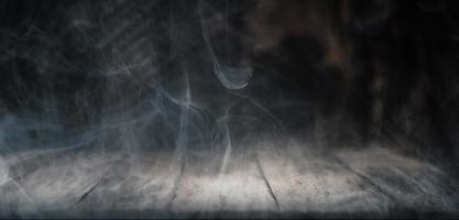 fumaça em fundo de madeira escura foto