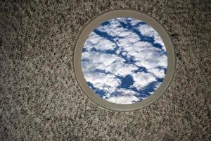 nuvens suaves no céu azul na janela foto