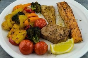salmão de atum e filé de perca de lúcio foto