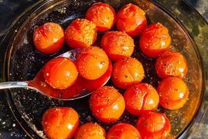 tomate cereja torrado com azeite de oliva, sal e pimenta foto