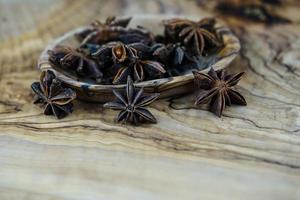estrelas de anis marrons em madeira de oliveira foto
