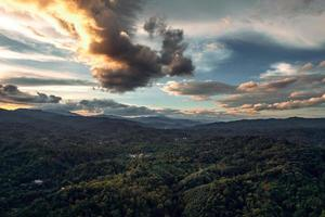 montanhas e floresta verde à noite foto
