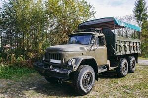 caminhão soviético nas montanhas dos Cárpatos transporta pessoas em excursões. foto