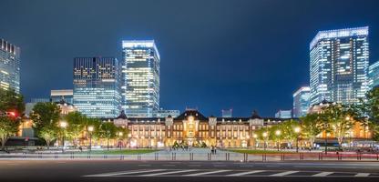 horizonte da cidade de Tóquio na estação ferroviária foto