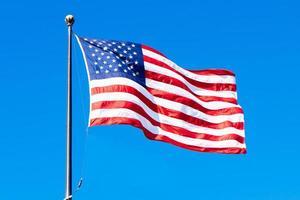 a bandeira dos estados unidos da américa em um dia ensolarado foto