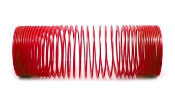 brinquedo vermelho primavera isolado no fundo branco. foto
